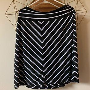 Dresses & Skirts - Black and white skirt xl 16/18